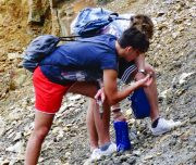 Trekking alle miniere di rio isola d'elbaGruppo di ragazzi con minerali