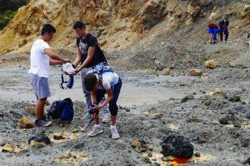 Trekking alle miniere di rio isola d'elbaragazzi in cerca di minerali